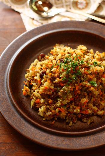 にんじんやピーマンなど野菜がたっぷり入ったカレー味のピラフ。具を炒めたら炊飯器にお任せなので、手軽に作れます。