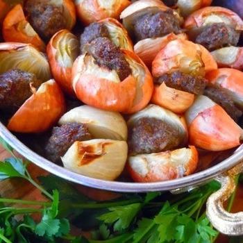 小玉ねぎに肉をはさんで焼いたケバブ風。小玉ねぎの一番外側の皮だけむいて縦半分に切り、肉だねをはさんでオーブンで焼きます。耐熱皿を使って、あつあつのままテーブルへ。見た目がユニークですが、間違いのないおいしさ。