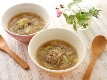 ひき肉をたっぷりと入れて、一品で大満足な中華スープに。水溶き片栗粉であんかけにすることで冷めにくく、さらに身体もぽっかぽかになりますね。具材を多めに作れば、ラーメンの具にも◎