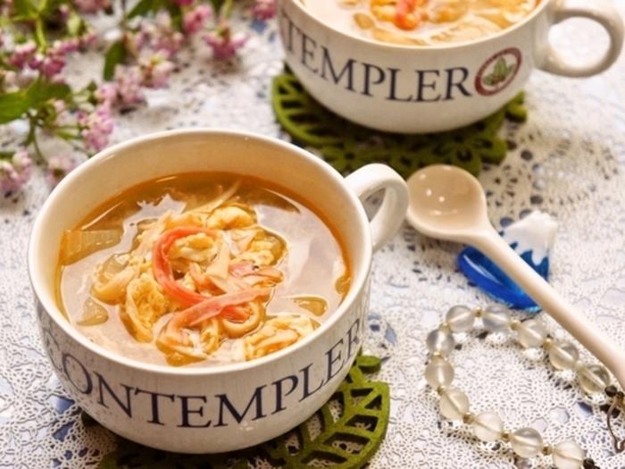 サラダに使ってちょっと余ってしまったカニカマも、スープに加えるといいお出汁がでるんです。ラー油を入れてピリ辛に。暑い日でも汗をかきながら頂きたいですね。
