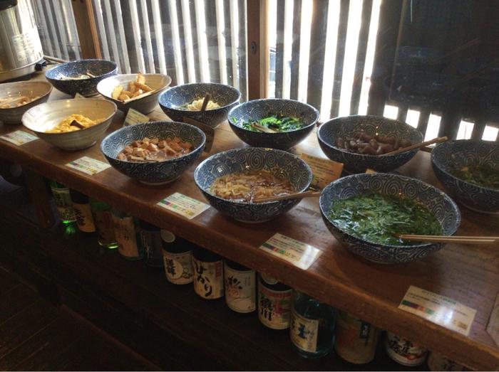 「おばんざい」とは、関西の「おふくろの味」ともいうべき家庭でつくられるおかず、お惣菜のこと。 「松富や壽」のおばんざいは、優しい上品な味わいが特徴。「安心で安全な」という観点から選ばれた京野菜や国産野菜がたくさん食べられるのも嬉しいですね。