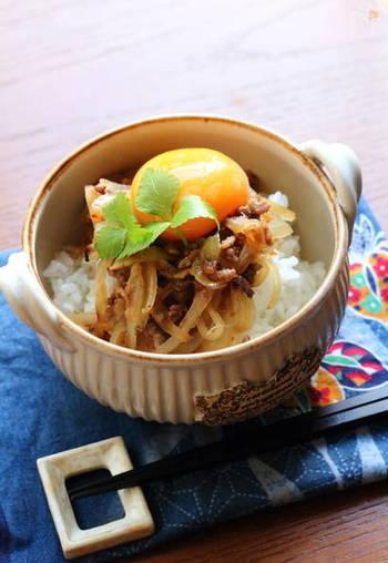 ささっと作れる肉そぼろ丼。めんつゆを使うから味付けも簡単! 肉そぼろは万能にアレンジできるので、常備菜にしたい一品です。