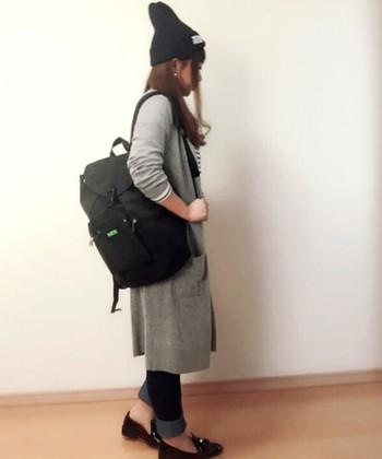冷房対策や、ちょっと肌寒い場所に旅行するときなど、ボーダーTシャツ+ロングカーデ+デニムスタイルが賢い選択。靴や帽子など小物を全て黒で揃えれば統一感もUPして◎