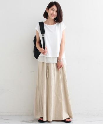 ベージュのロングスカートや白Tシャツを合わせた優しい雰囲気のスタイルの時でもコーデの邪魔になりません。