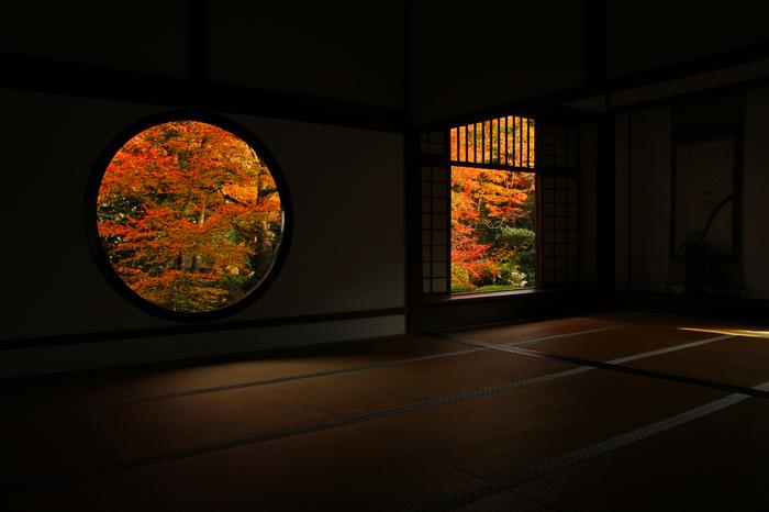 丸い窓は『悟りの窓』、禅と円通の心があらわされ、丸い形は大宇宙を表しているのだとか。四角い窓は『迷いの窓』と呼ばれ、迷い=釈迦の四苦を意味し、人の生涯を4つの隅で表しているとされています。そんな二つの窓から見える景色は、まさにここでしか見られない絶景。