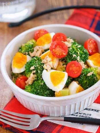 食卓がパッと華やぐ、おもてなしにも喜ばれそうな栄養たっぷりのデリ風サラダ。ミニトマトの赤がアクセントに♪
