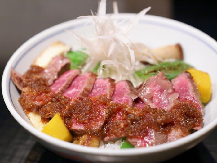「お肉が食べたい!できれば京都らしい佇まいのお店で」……そんな要望を叶えてくれるのは「御二九と八さい はちべー」。  あっさりとした和風のソースが控えめにかかった「ハラミ丼」は、柔らかなお肉にぎゅっとつまった旨味そのものを味わえます。