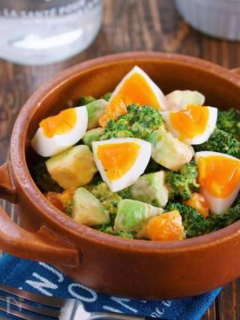 美味しそうな見た目だけではありません。ビタミンA、C、Eや食物繊維、葉酸がたっぷり含まれているブロッコリー。そこに良質なタンパク質を含む栄養価の高い卵、優れた抗酸化作用のあるアボカドをあわせた肌も喜ぶ簡単サラダです。