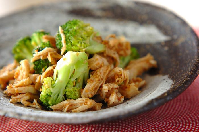コスパの良いササミと緑黄色野菜のブロッコリーをゴマ酢であえた和風サラダ。サッパリしたものが食べたくなる夏シーズンにオススメです。