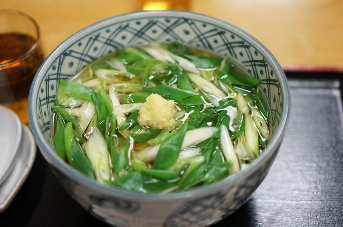 『祇園』で京都ならではの和食ランチをとるなら、「祇をん 萬屋」で食べる九条葱たっぷりの「ねぎ」うどんがおすすめ。  シャキシャキの甘い九条葱に品よく透き通ったお出汁がよく合い、ぴりりとした生姜がアクセントに。