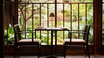 広大な敷地からは法観寺の「八坂の塔」が望めます。木々に囲まれた庭園を大きな窓越しに眺めながらの食事は目にもご馳走。  抜群のロケーションが魅力です。
