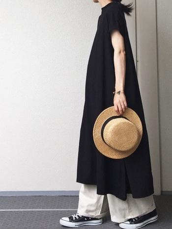 ブラックのロングワンピースを爽やかかつオシャレに、そしてバランス良く見せてくれるキナリノ女子にこの夏オススメのリラックスコーディネート。太めのパンツにコンバース。使う色は二色で構成させバランス良く♪