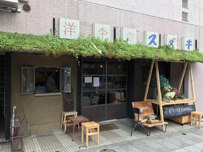シネマ通りに店舗を構える「BOTAcoffee」。もともとは100年も続いた洋傘店だった建物を改装してカフェにしたんだそうです。洋傘店だったころの看板がそのまま残った外観は、コンクリート打ちっぱなしで、雰囲気も抜群です。