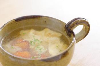 包丁を使わず3分で作れるスープは、忙しい夕食にもぴったり。ミニトマトもスープに入れるといつもと違う味わいに。お家にある中華スープの素の塩分に合わせて、塩は調節すると良いですね。
