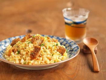 鶏がらスープの素は、その名の通り鶏ベース+野菜が原材料となっているので、料理によっては代用も可能。中華スープの素と比較するとあっさりした料理になりますよ。
