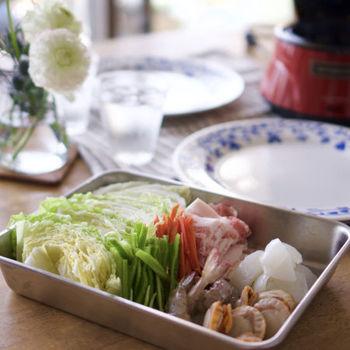 中華スープを作るときには、やっぱり中華スープの素を使うのが楽ちん。会社によって原材料は異なるものの、一般的にはチキンパウダーや豚、牡蠣などの様々なベースに油や調味料を加えています。料理に加えると、深い風味や豊かな香りがプラスされます。