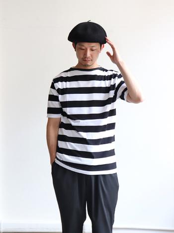 爽やかなボーダーのTシャツはセントジェームスのもの。すっきりとした小さめのボートネックとやや長めの袖が体のラインをきれいに見せてくれます。