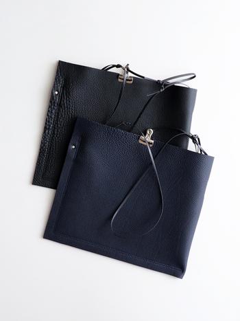 ざっくりとしたラフ感がたまらないレザーバッグは、クリップで口の部分を留めるという非常にユニークなデザインです。さらりと肩からかけたら、コーディネートのアクセントになること間違いなしです。