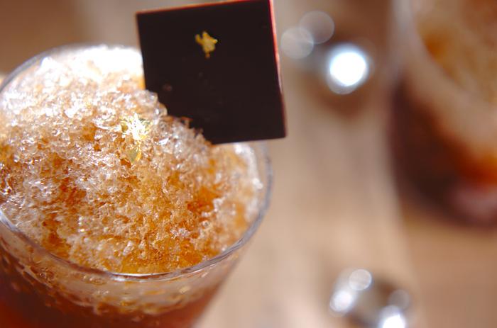 コーヒーリキュールとウォッカを使ったカクテルのようなかき氷。ゆであずきとパイナップルがこっそり入っています。夫婦やカップルでゆっくり楽しみたいデザートです。