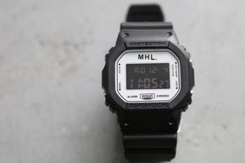 長方形のフェイスがクールな印象を作り出してくれるこちらの時計は、Gショックのものです。すっと腕に馴染むデザインは、ユニセックスで楽しめるので、カラー違いのお揃いで持つのもいいですね。