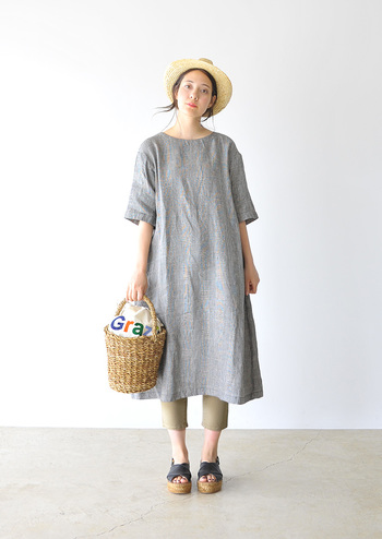 リネンの優しい雰囲気のグレンチェックのワンピースには7分丈の細身のパンツを合わせ、小物にも統一感を持たせるとスッキリこなれて見せることができます。避暑地のお嬢さんを演出してみて。