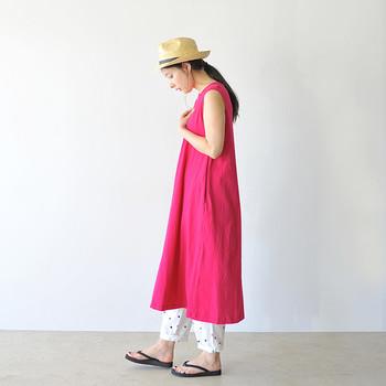 パッと目を引くとっても鮮やかなピンクのワンピース。そのまま一枚で着てももちろん可愛いのですが、ドットのパンツを合わせることで大人のエスプリが効いた着こなしになります。
