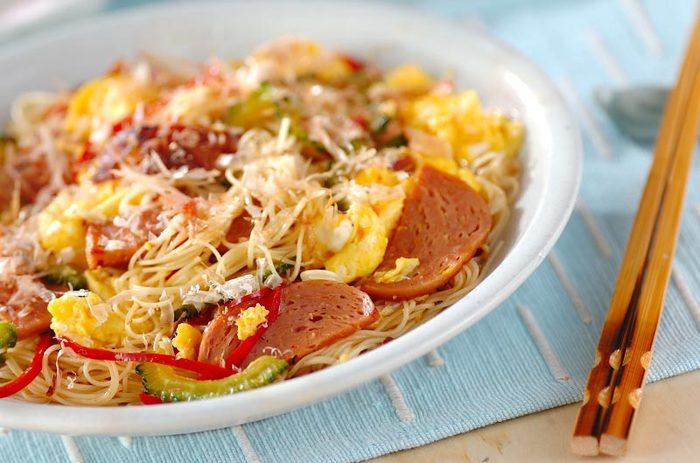 沖縄の定番食材ランチョンミートを使ったそうめんチャンプルー。和風のやさしい味付けにランチョンミートの塩気がちょうどいいんです♪ 野菜もたくさん入れて栄養もたっぷり!