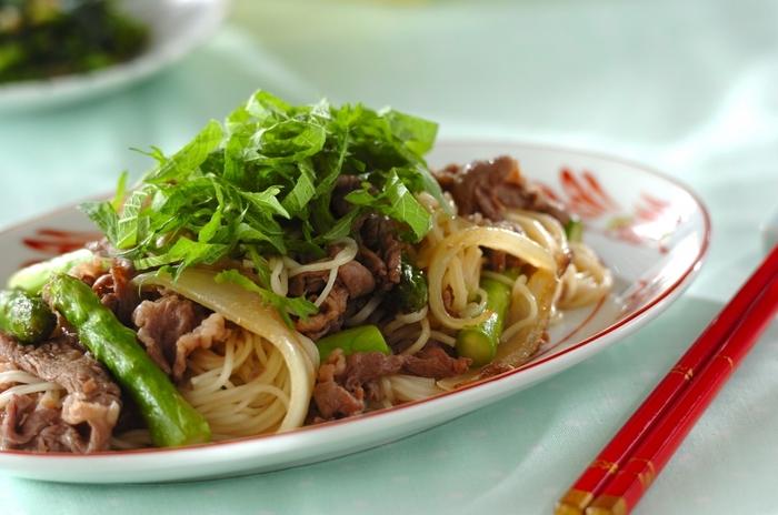 オイスターソースで中華やきそば風に仕上げるボリュームたっぷりの一品です。お肉たっぷりでスタミナ満点。アスパラの食感と香りが夏らしいそうめんチャンプルーを召し上がれ。