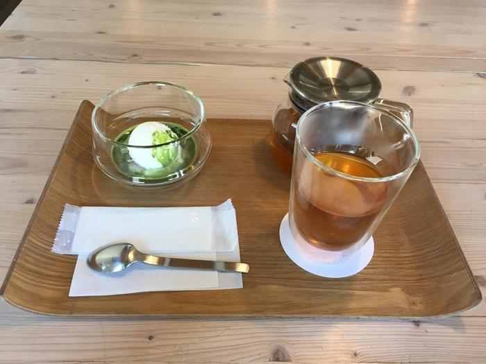 メニューがのるのは、木工家具が有名な旭川らしい木のトレイ。店内で販売されるのは、日本茶や抹茶のほか、生姜ほうじ茶など女性に嬉しいメニューも。そして、アイスやあんこをカスタマイズできるオリジナルパフェやぜんざいなどを、心地よい空間でおいしくいただくことができます。