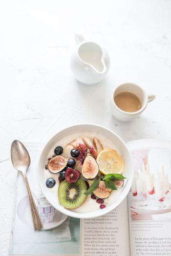 食事で体のバランスを整えることを、「食養生」といいます。これは東洋医学の考え方で、頭痛や肩こりになるのは、体が冷えていたり、気や血の巡りが滞っていたりするため。そこで、体を温め、巡りをよくする働きのある食べ物の力を借りるのです。 ショウガやニンニク、ネギは体を温め、シソやシナモンは巡りをよくする働きがあります。また、首筋の緊張をほぐすのにはセロリやミント、柑橘類など香りのよいものを。天候の影響による頭痛には、水分代謝をよくする小豆やキュウリ、冬瓜などがおすすめです。