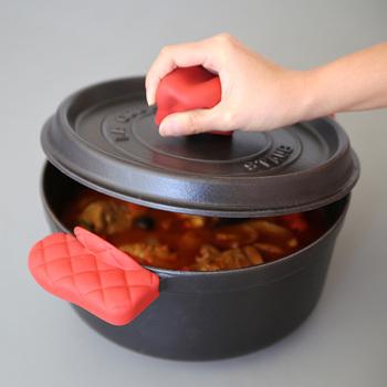 鋳物ホーロー鍋を持つ時に便利なのが「キッチンミトン」。直接鍋や蓋に装着するタイプなので、料理完成後にスポッとつければ、テーブルへの持ち運びや、蓋をすぐに開ける事ができるのでとっても便利です。