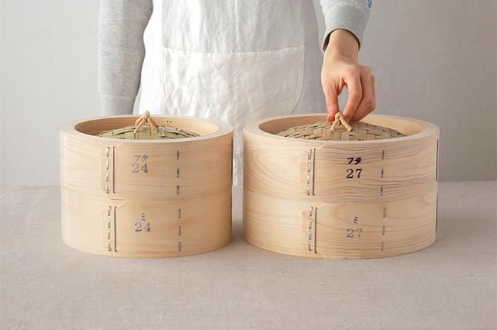 """サイズは「24㎝」と「27cm」の2種類。1~2人前の肉まんやシュウマイをあたためるのには「24cm」、家族が多い方は「27cm」がおすすめです。「27cm」の方は、内寸の直径が約23.5cmと広いので、皿ごとせいろに入れて蒸し上げる料理もお得意です! どちらのサイズも蓋と本体には""""かみ合わせ""""が無いので、ただのせるだけと、使い勝手も抜群。 せいろで蒸すと、食材に水分を補ってくれるので、仕上がりはふっくら&しっとり。せいろで蒸したものは、なんと、電子レンジで調理したものより1.2倍も大きくふわふわっとした仕上がりになるんだそうです。"""