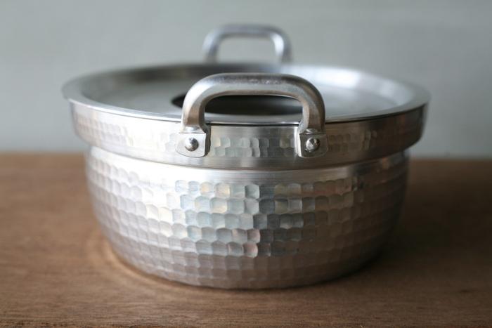 穴の開いた蓋は取り外しが可能で、普通の鍋としても使うことが出来ます。 冷凍ご飯の解凍やシューマイや蒸し野菜、さらには、わっぱ飯などの調理にも使えて、とっても便利! セイロで蒸したお料理は、パサつき感が無く、ふっくらとした仕上がりに…お料理に差が出ること間違いなしです。