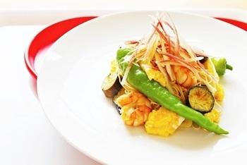 オイスターソースを効かせて中華風のそうめんチャンプルーに。  夏野菜は体の熱を発散させてくれる効果が期待されています。ビタミン豊富で美容にもいいこと尽くしですので積極的に摂っていきましょう。