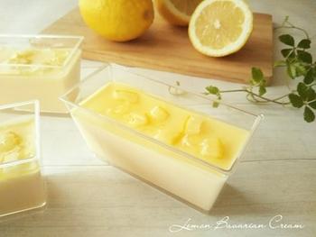 レモンシロップはババロアやゼリーの上に添えるのもおすすめ。しかもこちらはなんとババロアもレモン味なんです。見た目も爽やかなので、たくさん作っておもてなしスイーツとして作るのもいいですね。