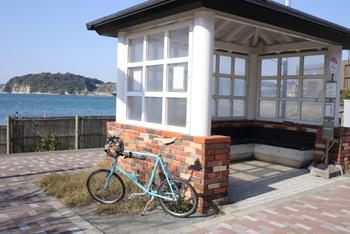 「鐙摺」バス停。鐙摺漁港に隣接しています。