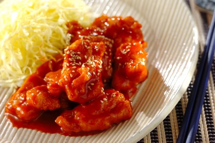 コチュジャンやはちみつ、ケチャップをマヨネーズに混ぜ込んで作るソースは、ピリリとクセになる辛さ。鶏むね肉は片栗粉をまぶして揚げることで、ボリューム感をUPさせています。
