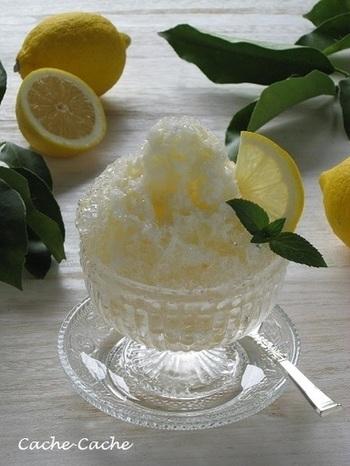夏の疲れた身体を爽やかに癒してくれる、クエン酸たっぷりのレモンと優しい甘さのはちみつのシロップをかけたかき氷。後味さっぱり、運動や学校で汗だくで帰ってくるお子さんにも作ってあげたいですね。