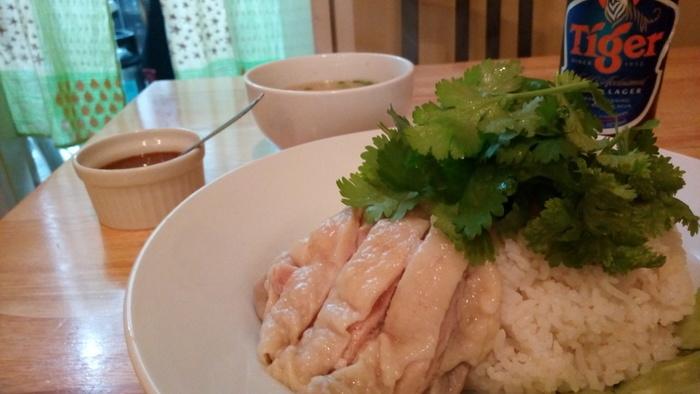 シンプルな料理なのに、なぜかはまってしまうカオマンガイ。暑い夏の休日などは、自家製のおいしいカオマンガイと、東南アジアのビールなどでほっとひと息ついてみるのもいいですね。