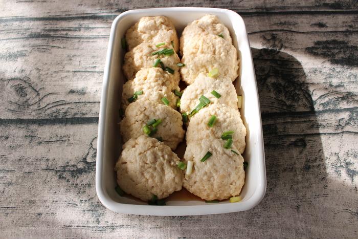 電子レンジでできちゃう、常備菜にぴったりな豆腐ハンバーグです。絹豆腐を使うことで、ふんわりとした食感に♪めんつゆの代わりに塩を入れれば、離乳食にも最適です。