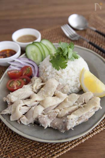 鶏肉に塩麹をまぶして一晩おくことで、しっとりと味わい深くなるカオマンガイ。炊飯器で炊き上げたら、すぐに取り出すことで、かたくなりません。