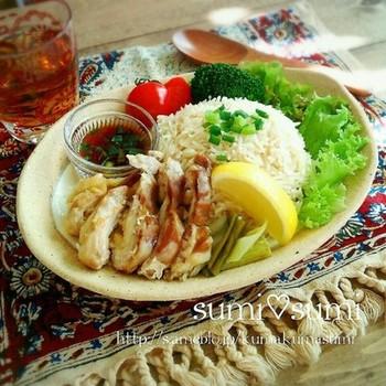 より本物の味に近づけるには、タイ米(ジャスミンライス)を使うのもいいですね。タイ米は、粘りの少ないパラパラした長粒種。現地の屋台でカオマンガイを楽しんでいるような、本場のおいしさが満喫できます。