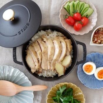 カオマンガイは、密閉性の高いホーロー鍋で作るのもおすすめ。鶏もも肉はもちろん、鶏むね肉を使っても、ふっくらとジューシーな仕上がりです。
