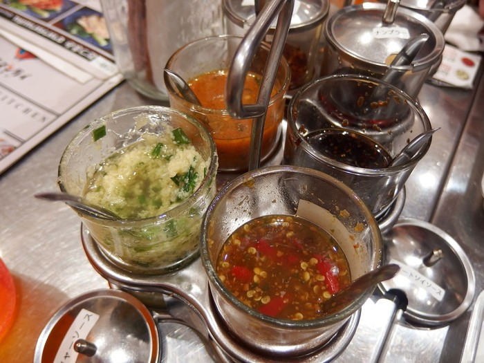 また、シンガポールの海南鶏飯の場合は、チリソース、濃口醤油、生姜ソースの3種のタレが出てきますので、好きなソースを肉とご飯にからめながら食べます。自分好みにソースをブレンドするのもあり。