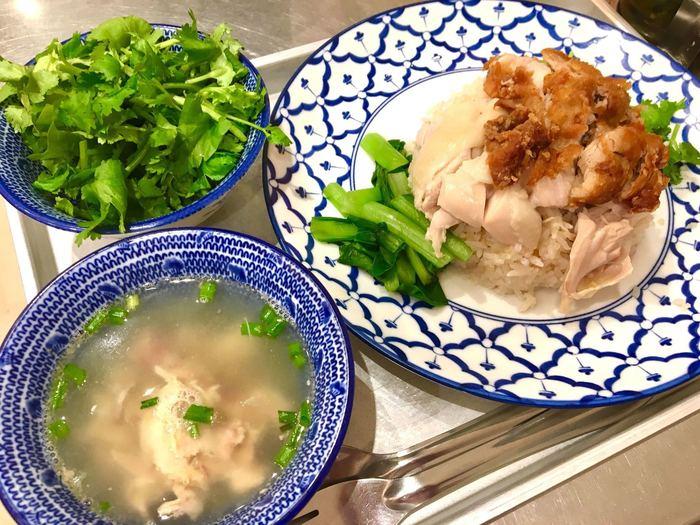 現地のカオマンガイのお店では、鶏のゆで汁(蒸し汁)で作ったスープが付きます。素材を使い切る、とても合理的な料理。お店によって味が異なり、シンプルだからこそ奥の深い料理といわれています。