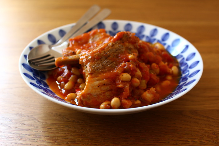 お家でビストロ気分が楽しめる、本格的な煮込みレシピ。豚スペアリブを白ワインなどで煮込むだけなので、意外と簡単に完成します。トマト缶をつかえば、味つけに失敗しにくいのでおすすめです。