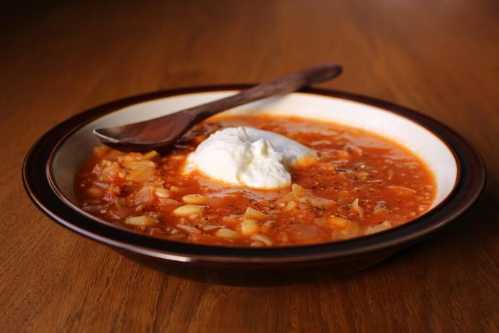 トマトのスープレシピといえば、マスターしておたいのが「ミネストローネ 」。タマネギなど5種類の野菜、大豆や発芽玄米、豚ひき肉など具だくさんなので、スタミナもバッチリです。仕上げにヨーグルトをトッピングすれば、2通りの味わいを楽しめます。