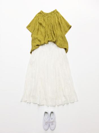 首元のフリルがかわいいリネンのブラウス。夏らしいイエローグリーンに、白いロングスカートを合わせて、爽やかに。