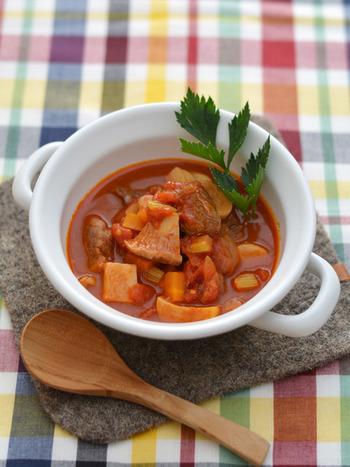 牛肉とセロリやタマネギ、エリンギなどを、トマト缶で煮込むだけの簡単レシピ。調味料には「クローブ」を使って、スパイスを利かせています。そのまま食べてもおいしいですが、パスタやご飯と一緒にワンプレートにしても◎ バゲットを添えるのもおすすめです。