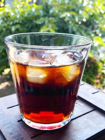 ドリップや水出しなど、色々な方法があるアイスコーヒーの淹れ方。「お店のような、濃くスッキリした色に淹れたい!」という方はこちらの方法をお試しあれ。淹れ方のコツは3つ。 1.深煎りの豆を使う 2.ホットより粉を多めに、濃い目に抽出 3.たっぷりの氷を入れたグラスに一気に注ぐ